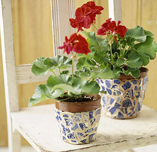 Decorate a flowerpot with mosaic pieces